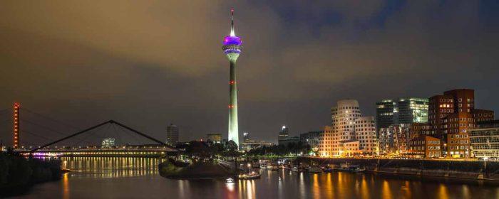 Acrylbilder Düsseldorf mit Medienhafen bei Nacht. Panorama der Skyline