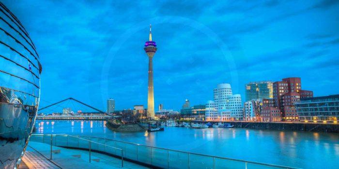 Düsseldorf Hafen mit Rheinpanorama und Lichterwelten