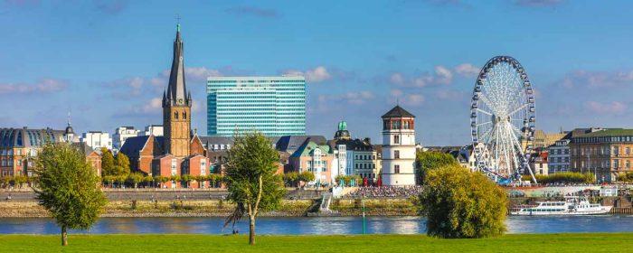 Düsseldorf Rheinpanorama Blick auf Altstadt, Schlossturm und Lambertus