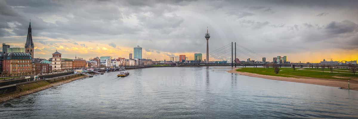 d sseldorf foto panorama bild oberkasseler br cke bis rheinturm. Black Bedroom Furniture Sets. Home Design Ideas