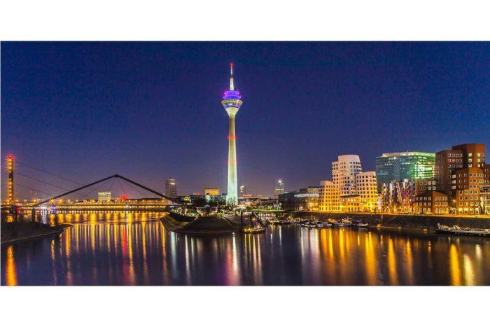 Fotografie Düsseldorf Rhein. Panorama Bild Medienhafen bei Nacht
