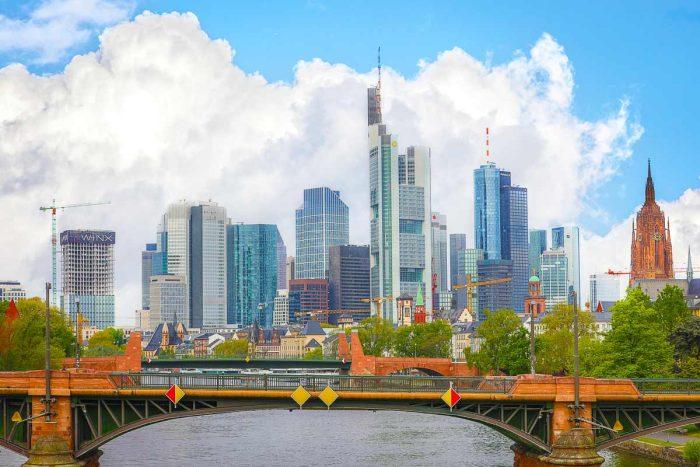 Frankfurt Panorama Bild mit der Stadt Skyline auf Leinwand und Acryl