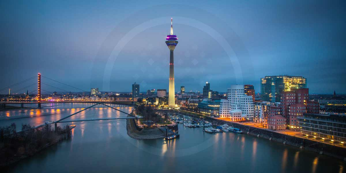 leinwandbilder d sseldorf panorama ansicht als nacht skyline bild. Black Bedroom Furniture Sets. Home Design Ideas