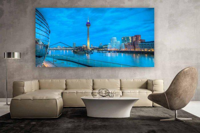 Foto Art Düsseldorf Rheinturm Skyline bei Nacht   Gehry Bauten und der Medienhafen Düsseldorf bei Nacht