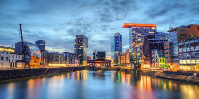 Nachtpanorama Medienhafen Düsseldorf | Moderne Foto Kunst des Medienhafen Düsseldorf bei Nacht