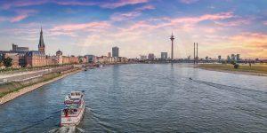 Panorama Düsseldorf - Rheinturm, Medienhafen und Rhein auf Leinwand