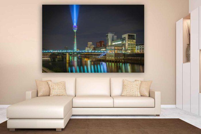 Rheinkomet Düsseldorf Rheinturm Panorama Motiv bei Nacht im Hafen
