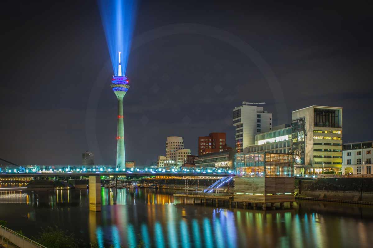 Rheinkomet d sseldorf rheinturm panorama motiv bei nacht im hafen - Dusseldorf bilder auf leinwand ...