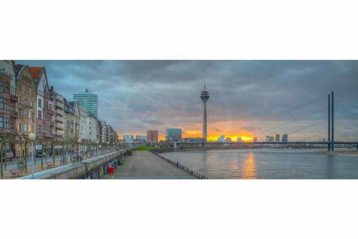 Rheinpromenade Düsseldorf , Panorama vom Rheinturm und Medienhafen