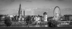 Schwarz weiß Düsseldorf Panorama mit Altstadt, Rhein und Schlossturm