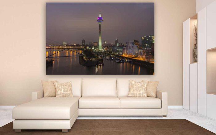 Rheinturm Düsseldorf Panorama Bild mit Medienhafen Düsseldorf Skyline bei Nacht