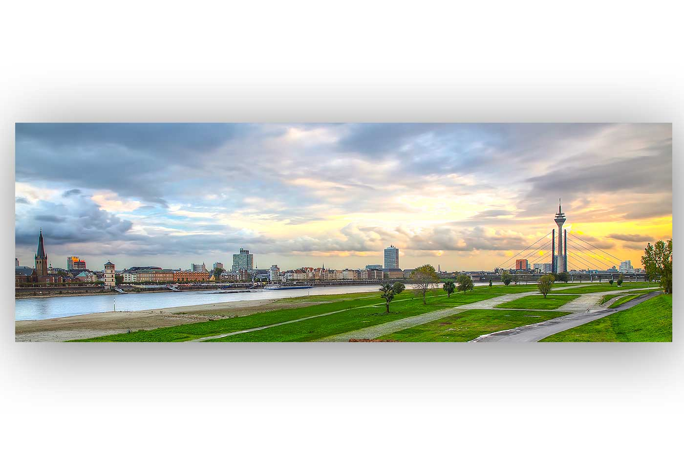 skyline kunst panorama bild fotokunst aus d sseldorf sundowner over d sseldorf panorama. Black Bedroom Furniture Sets. Home Design Ideas