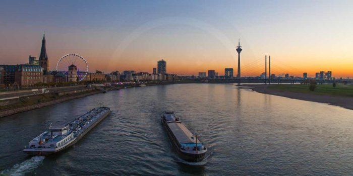 Oberkasseler Brücke Düsseldorf | Panorama Bild des Rheins mit Rheinturm und Medienhafen