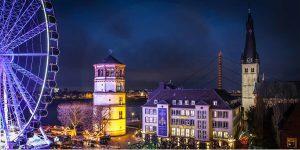Schlossturm und Burgplatz Düsseldorf bei Nacht | Panorama Foto Kunst mit Riesenrad und Rhein