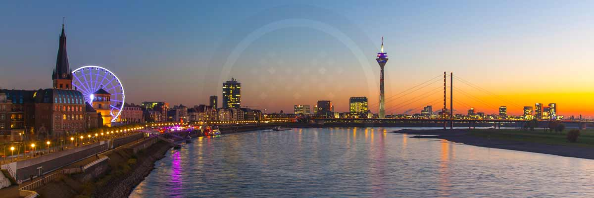 foto d sseldorf der stadt skyline mit riesenrad u rheinpromenade. Black Bedroom Furniture Sets. Home Design Ideas