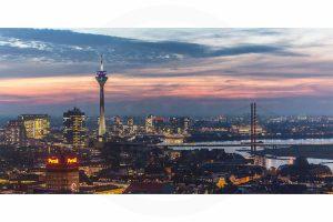 Düsseldorf Skyline bei Nacht| Fotokunst Panorama aus Düsseldorf mit Rhein und Rheinturm, Heimatliebe