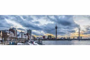 Rheinpromenade Düsseldorf am Rhein | Düsseldorf Skyline Motiv der Rheinpromenade mit Rheinturm