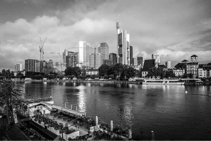 Frankfurt Skyline und Panorama Kunst Bild in schwarz und weiss | Stadt Frankfurt Skyline Motiv als XXL Fotokunst Bild