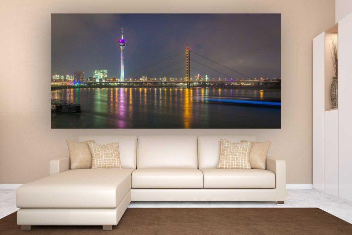 Panorama der Nachtansicht aus Düsseldorf | Skyline der Rheinpromenade mit Rhein & Rheinturm