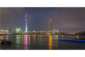 Fernsehturm Panorama der Nachtansicht aus Düsseldorf | Skyline der Rheinpromenade mit Rhein & Rheinturm