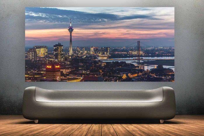 @ Night Skyline Düsseldorf | Fotokunst Panorama aus Düsseldorf mit Rhein und Rheinturm, Heimatliebe